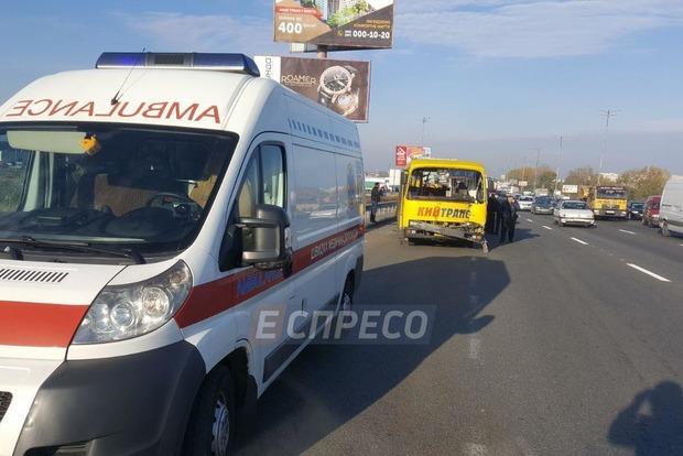 На Кольцевой дороге в Киеве грузовик намеренно протаранил маршрутку, травмировав пассажиров