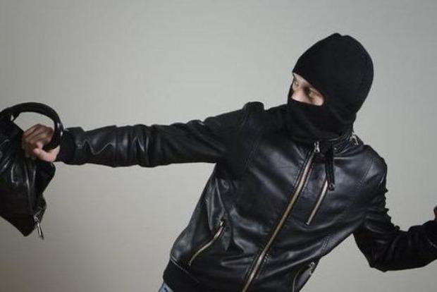 Миттєва карма: ц Києві грабіжник, втікаючи, зламав собі ногу