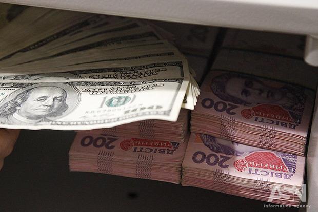 Толчком для девальвации гривны стало рефинансирование трех банков, включая российский – экономист