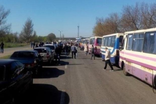 Около 7 тысяч автомобилей ожидают оформления на пунктах пропуска в зоне АТО