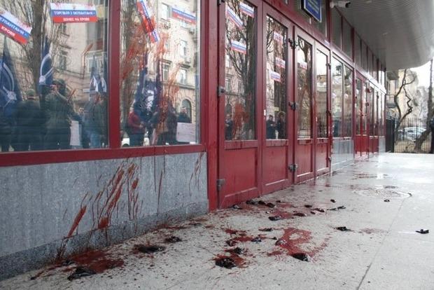 Коррупционный скандал: в Киеве НАБУ облили кровью