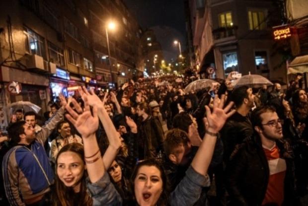 В Стамбуле тысячи людей протестовали против результатов референдума
