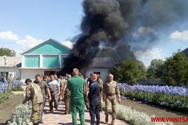 В Винницкой области участники боевых действий зажгли шины под сельсоветом