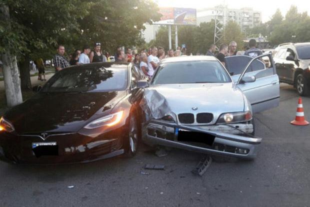 Маленький ром украл у отца BMW - разбил Tesla и травмировал прохожего