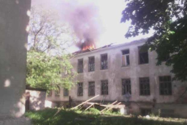 Бойовики обстрілюють Красногорівку. Горить школа