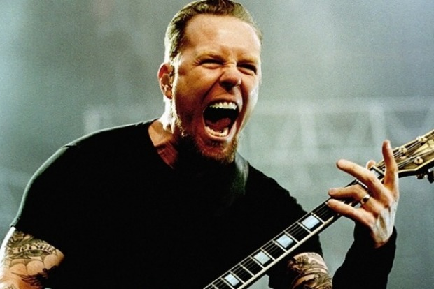 Солист группы Metallica провалился в люк на сцене в Амстердаме