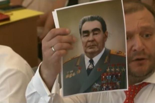 Добкин на Комитете использовал портрет Брежнева для защиты от Луценко