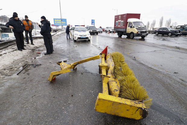 В Киеве грузовик снес трактор с моста