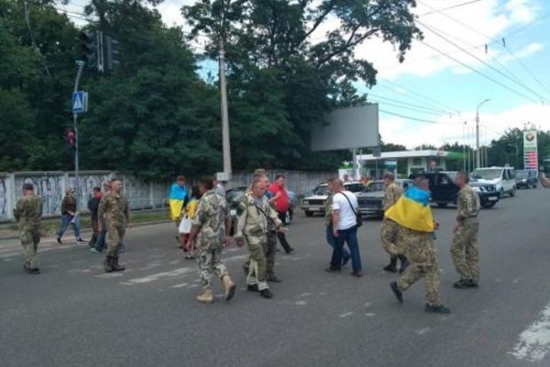 Не дают землю: ветераны АТО перекрыли дорогу возле черкасского Геокадастра