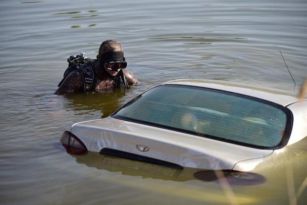 На Донбассе спасатели вытащили из реки автомобиль с телами двух погибших