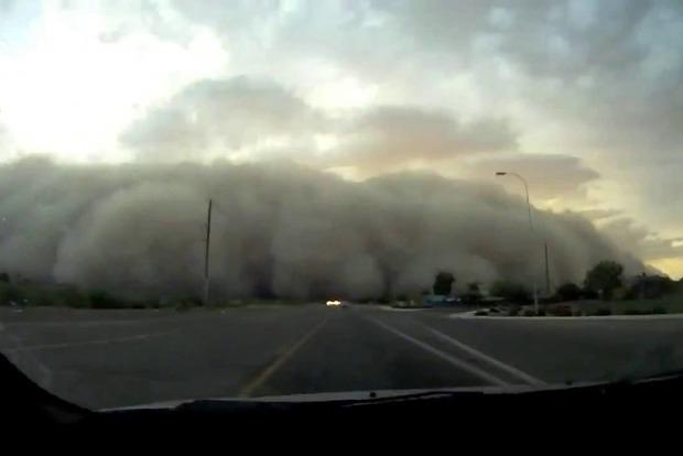 На Харьковщину обрушилась гигантская пылевая буря (видео)