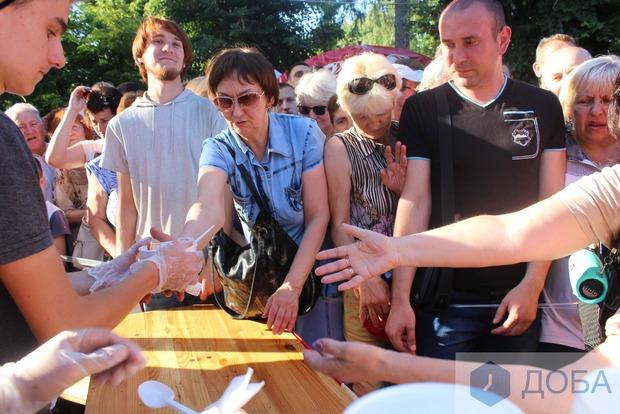 Тернополяне опозорились в очереди за бесплатной едой (видео)