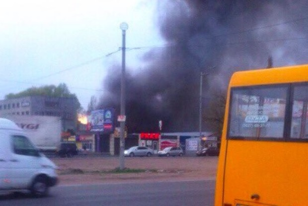 Большой пожар произошел возле завода «Электронмаш» на Кольцевой дороге в Киеве