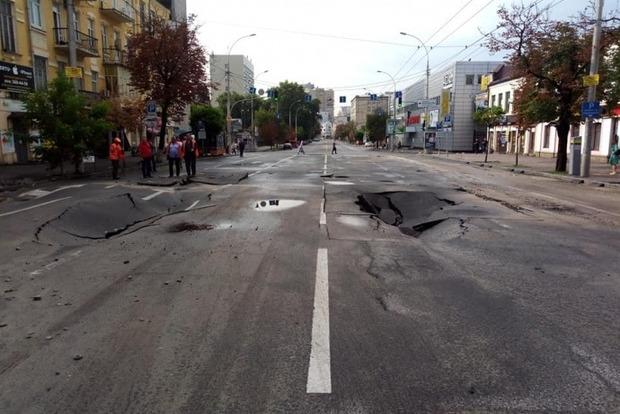 После ливня возле «Олимпийского» провалилась дорога