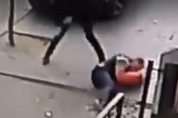 Сел верхом и добивал ногами. Мент избил до полусмерти человека за неправильную парковку