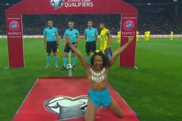Активистка Femen обнажила грудь на матче Украина - Турция