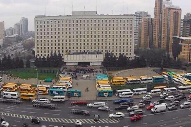 Укрзализныця обвинила маршрутчиков в бунте пассажиров и остановке поездов под Киевом