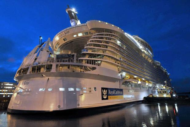 Тысячи туристов застряли на лайнере в Карибском море из-за вируса