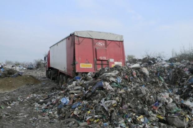 На Ровенщине на свалке задержана фура, разгружавшая львовский мусор