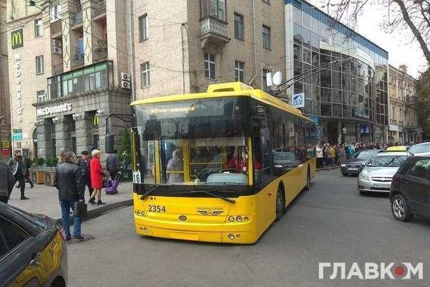 Вони занадто багато їли: у Києві зупинився тролейбус через вагу пасажирів