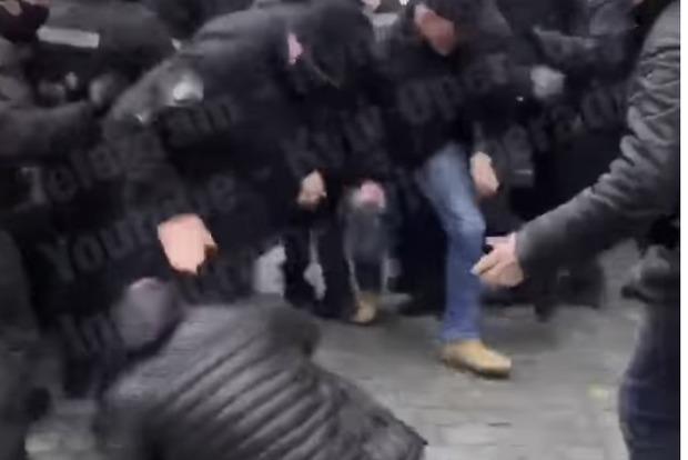 Автобляхеры во время протестов в Киеве подрались с полицейскими, движение перекрыто