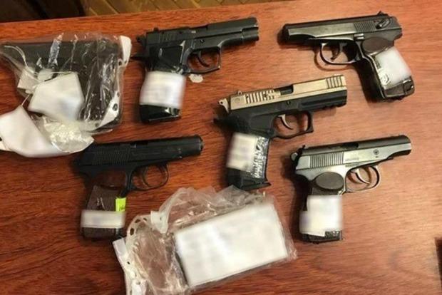 В Одессе полицейский незаконно продал десять пистолетов