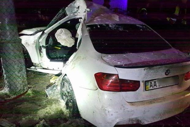В Киеве BMW на большой скорости вылетел в столб