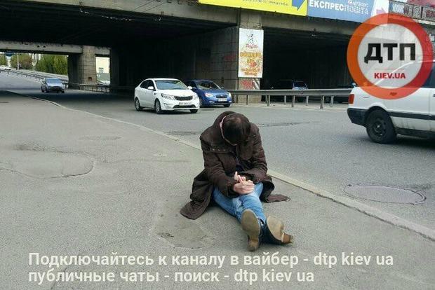 В Киеве никто не подошел к сидящей на дороге женщине, у которой случился инсульт