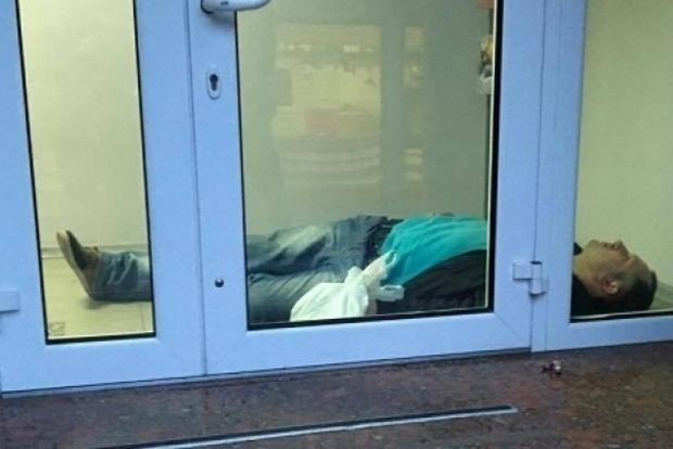 В Днипре на полу закрытого отделения «Альфа-Банка» нашли мужчину