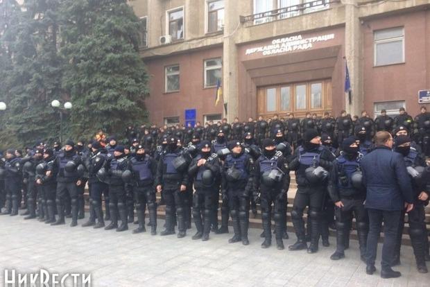 Николаевский облсовет окружили силовики и ждут националистов