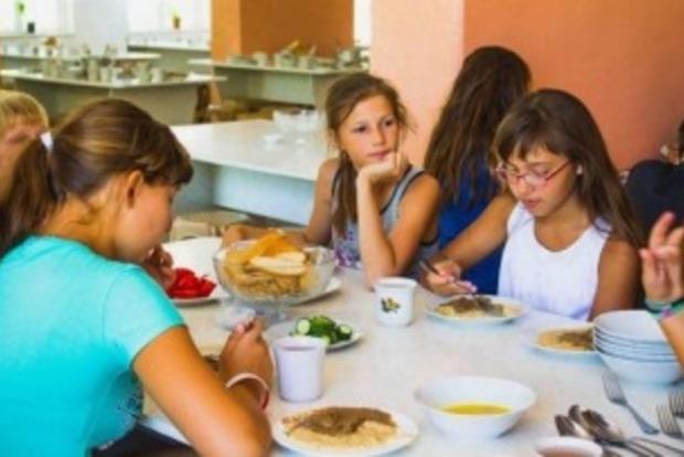 Голодный лагерь: детям Запорожской области выдавали только треть положенных порций еды