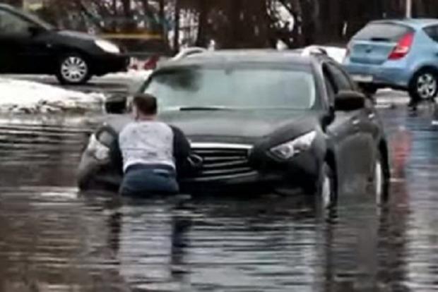 ВКиеве из-за дождя затопило улицу