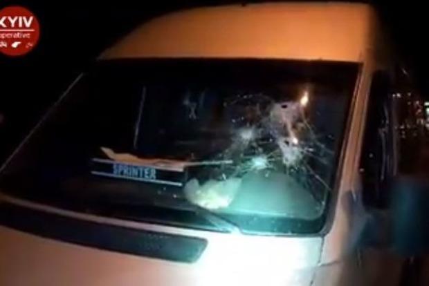 В Киеве обстреляли пассажирский микроавтобус. Видео