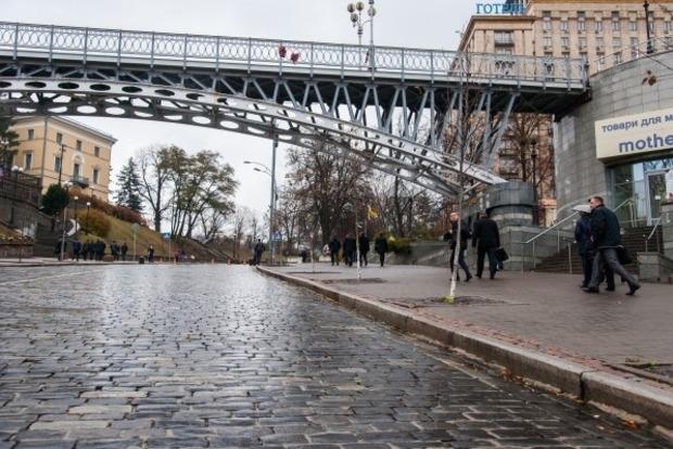 В Киеве мужчина спрыгнул со смотрового моста на Майдане