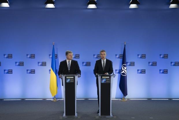 Порошенко уже везет в Украину подарки от НАТО