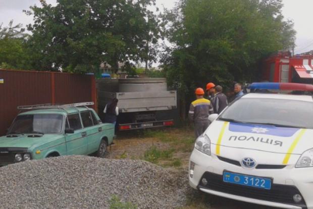 В Киеве водитель грузовика зацепился за провода и погиб