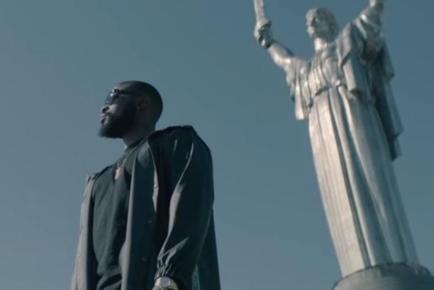 Бельгийский рэпер Damso снял матерный клип на фоне Родины-Матери