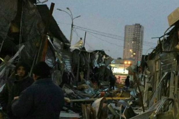 В Киеве ночью неизвестные тракторами разгромили рынок «Оболонь»