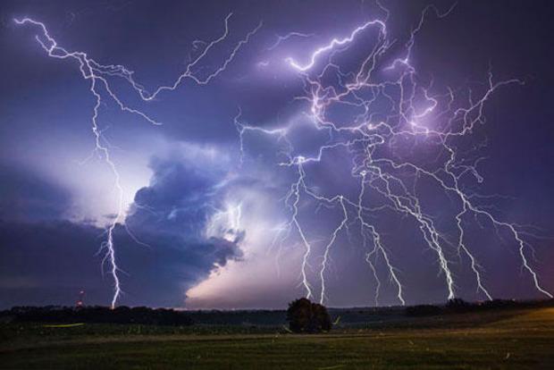 Как вести себя во время грозы и почему стоит выбросить зонт