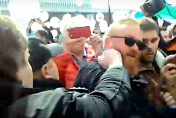 Российский депутат в Питере получил по лицу от ЛГБТ-активиста