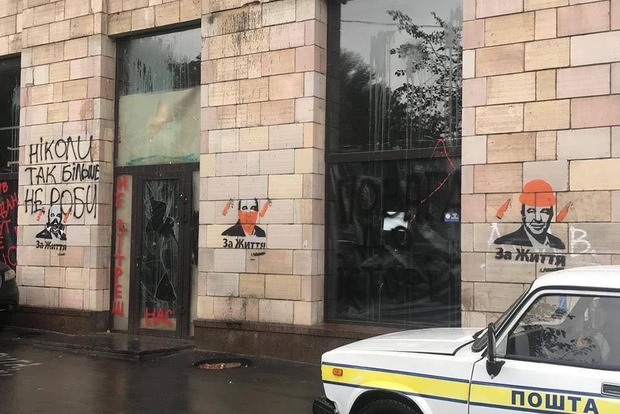 На месте стертых икон Майдана нарисовали рекламу Рабиновича и его партии