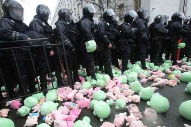 «Свинарчуков за решетку!» Нацкорпус забросал АП игрушечными свинками