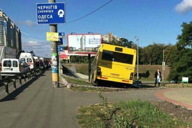 В Киеве автобус с пассажирами слетел с дороги (фото)