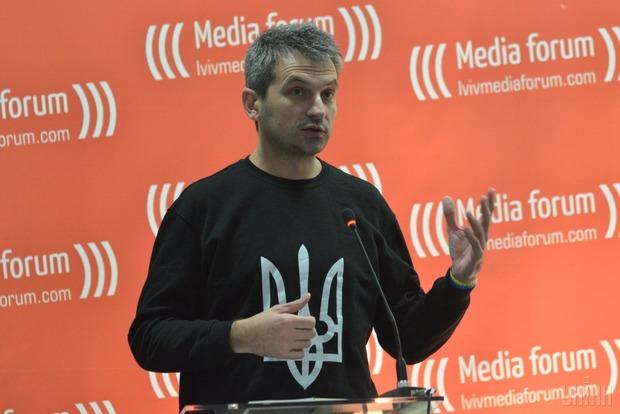 Журналист Скрыпин устроил скандал на борту самолета после отказа стюардессы перейти на украинский