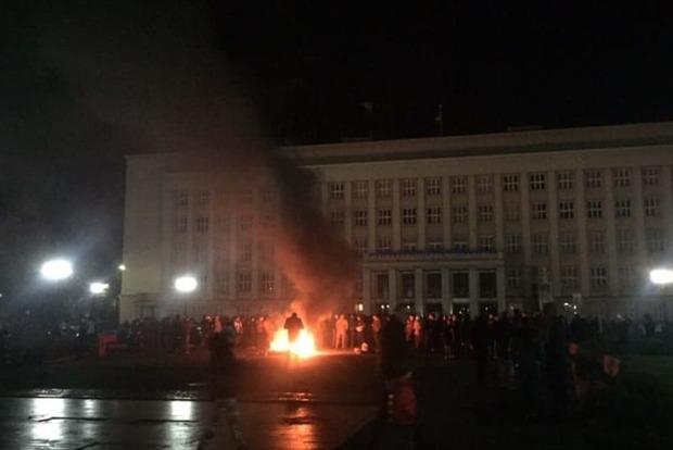 В Ужгороде под ОГА ночью жгли шины