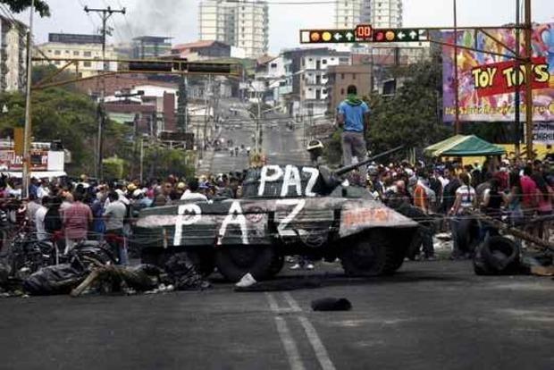 Неизвестные обстреляли протестное шествие в Венесуэле