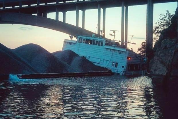 В Запорожье судно с щебнем из-за пробоины село на мель