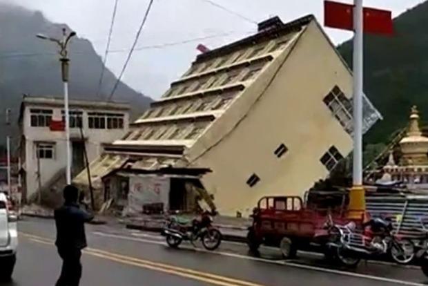 Опубликовано видео обрушения 5-этажного дома из-за наводнения в Китае
