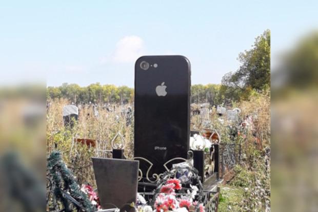 У Росії почали встановлювати пам'ятники у вигляді iPhone