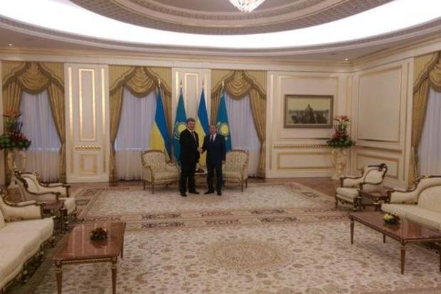 Порошенко начал переговоры с Назарбаевым